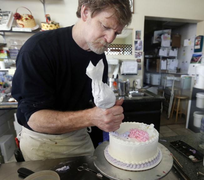 科羅拉多州雷克伍鎮一名蛋糕師傅正在裝飾結婚蛋糕。(美聯社)