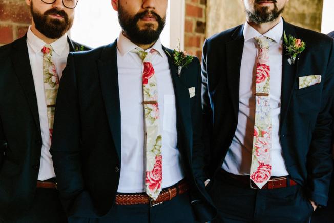 伴郎的一色領帶,可以看出新人對婚禮的重視。(美聯社)