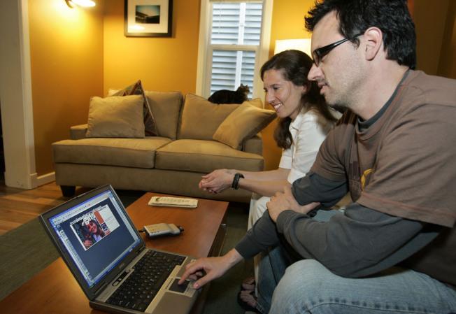新人往往在電腦上完成結婚計畫。(美聯社)