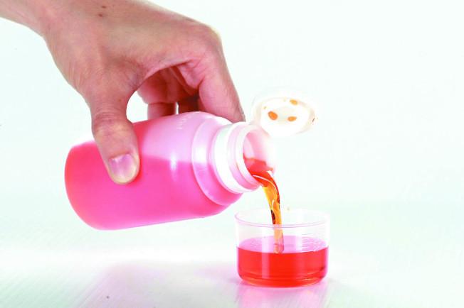咳嗽糖漿或綜合感冒糖漿,常會加糖或草莓、橘子等口味調味料,幫助入口。 (本報資料照片)