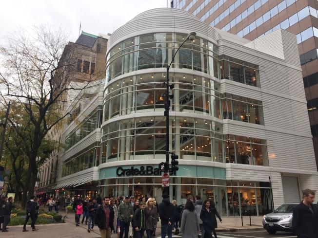 網店銷售火熱的芝加哥密西根大道的Crate & Barrel實體店,將於2019年被星巴克取代。(記者董宇╱/攝影)