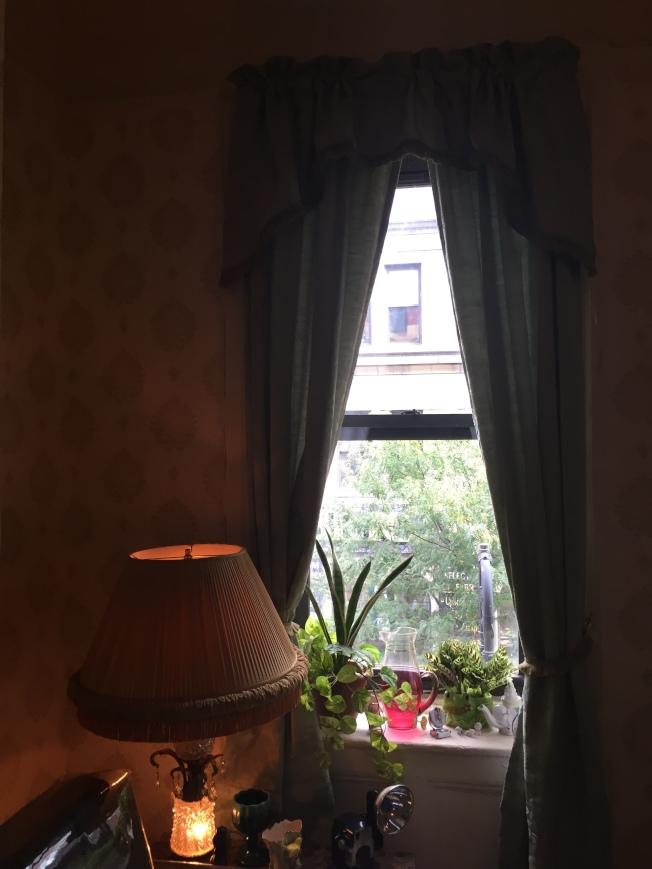 王太太說,房屋採光不好,也成為房客賴租理由。(陸怡雯/攝影)
