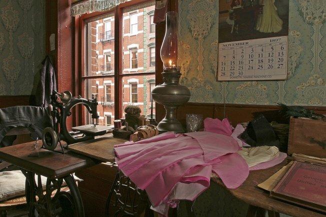 黃媽媽曾在類似博物館復原的這樣一個衣廠車間工作。(Tenement Museum)