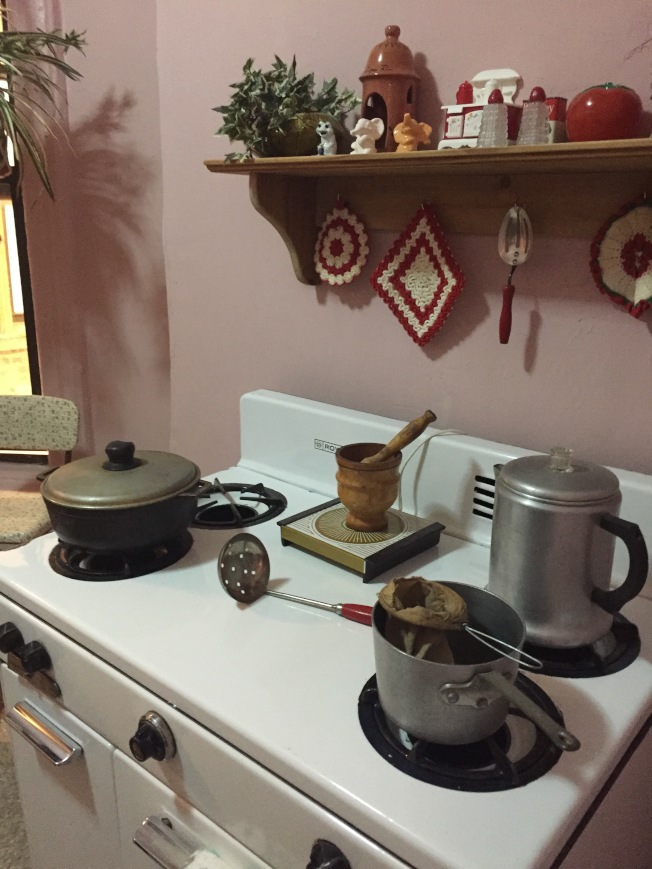 廚房裡的香味,從窗戶散逸到天井,是地蘭西街81號住戶的共同回憶。(陸怡雯/攝影)