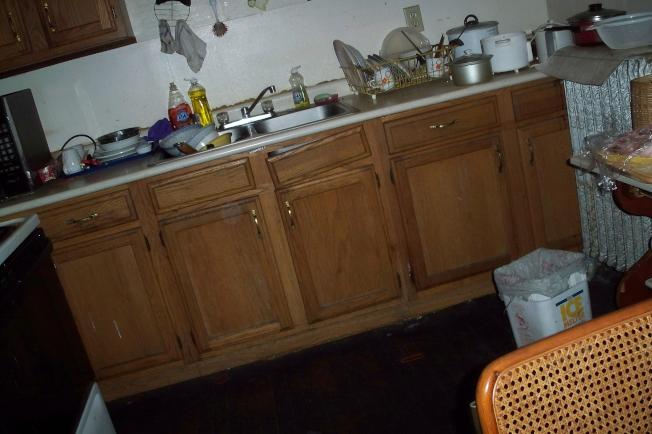 廚房髒亂,碗堆了不洗,是分租生活常見一景。(陸怡雯/攝影)