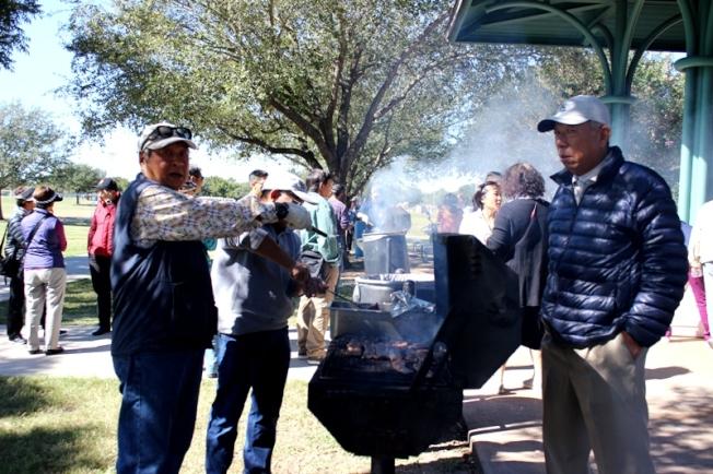 榮譽會長周政賢(左) 每年都在烤肉會上掌爐,是大家公認的烤肉專家。
