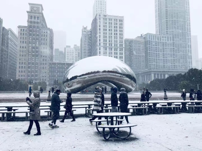 芝加哥10日降雪低溫破紀錄,市民紛紛換上防寒衣。(潘娜提供)