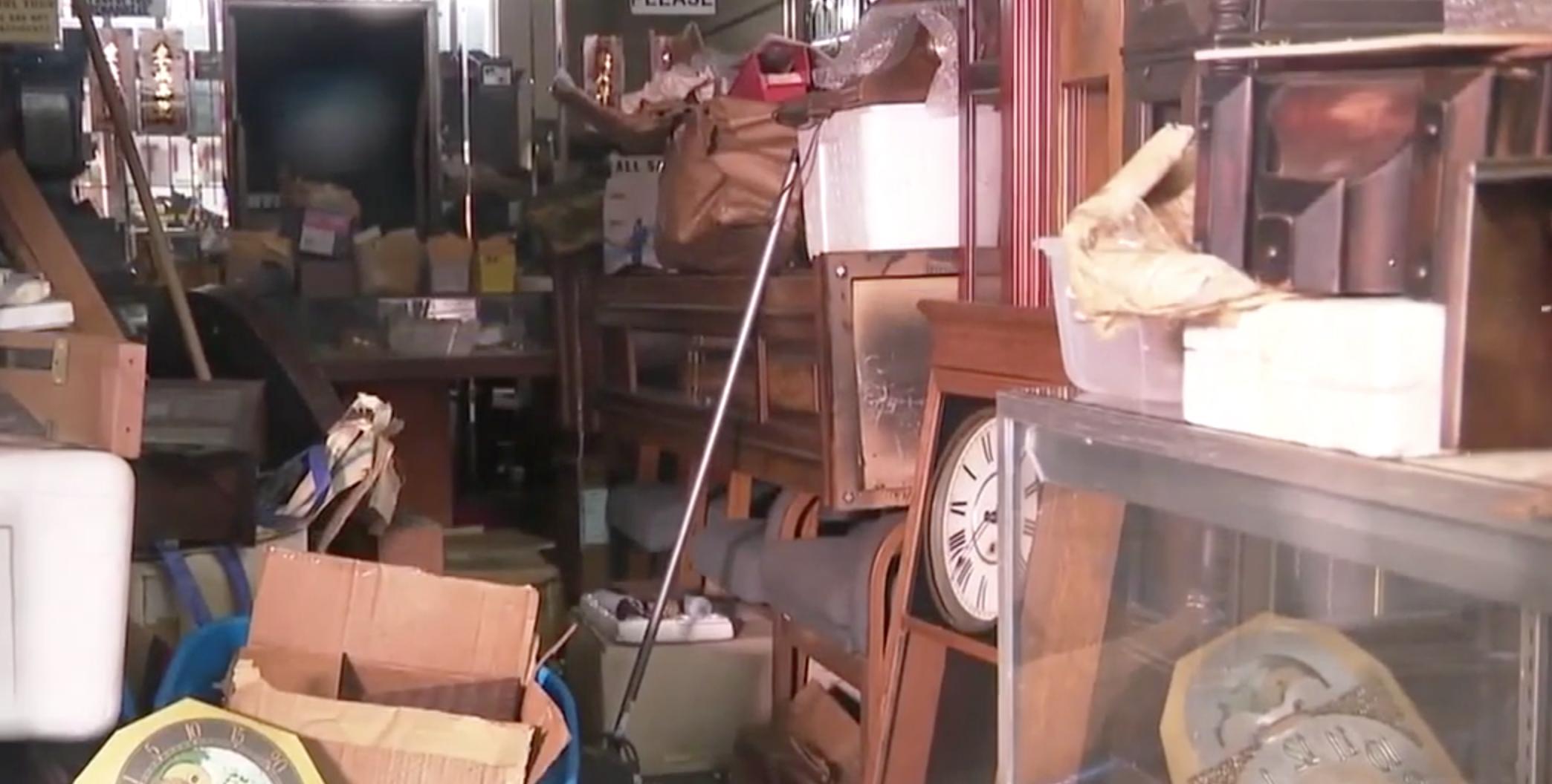 鐘錶店內一片狼藉,珍貴物品不翼而飛。(取材自Kprc2)