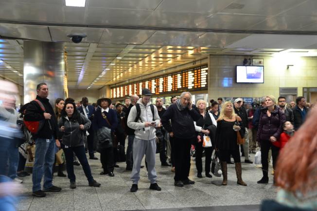 全美愈來愈多州的居民因租金上漲,不得不搬離城市,以搭乘火車或地鐵通勤。據統計,紐約居民平均每週通勤時間超過六小時,為全美之冠。圖為在賓州車站等候搭車的乘客,許多居住在新州的上班族搭乘PATH到紐約上班。(許振輝/攝影)