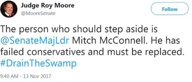 摩爾13日推文,反擊要他棄選的麥康諾參議員。(取自推特)