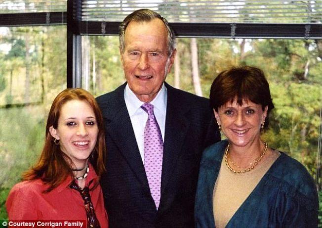 老布希總統當年與人合影,現在被指控又摸又捏左邊這位年輕女性的臀部。(取自家庭臉書)