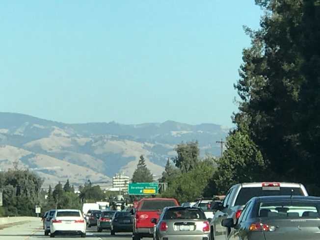 房價飆高、不想搬離矽谷的上班族只好搬去更遠、較便宜的地區,上午尖峰時段已提前到清晨5點。(特派員許惠敏/攝影)