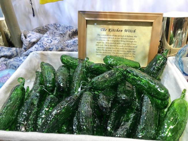 逼真的玻璃醃黃瓜深受顧客喜愛。(記者俞姝含/攝影)
