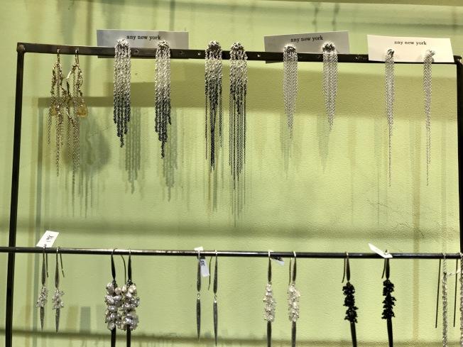 亞裔店家的精美飾品得到顧客喜愛。(記者俞姝含/攝影)