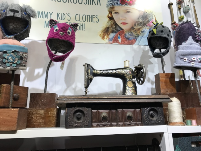 Anastasia Gonye帶來老式縫紉機和晾衣架,展示她的兒童衣褲特點。(記者俞姝含/攝影)