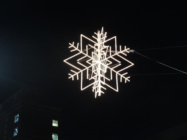 立體雪花燈懸掛在羅斯福大道上空。(記者朱蕾/攝影)