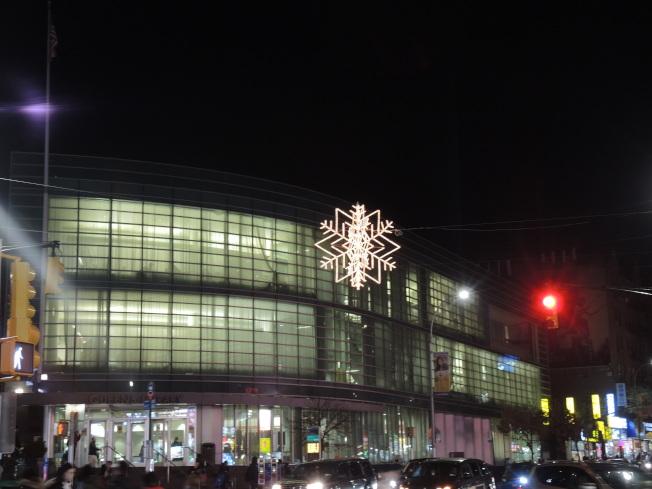 立體雪花燈懸掛在緬街和凱辛納大道交口上空。(記者朱蕾/攝影)