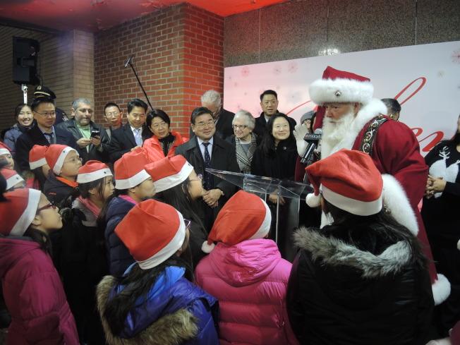 聖誕老人在點燈儀式上登場。(記者朱蕾/攝影)