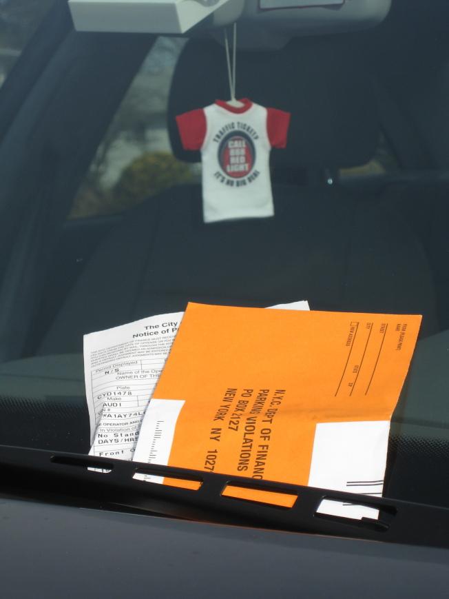 愈來愈多人在曼哈頓,尤其是上東城和下城金融區被開停車罰單,且這些地區每張罰單的平均金額高達79.82元。(取自網路)