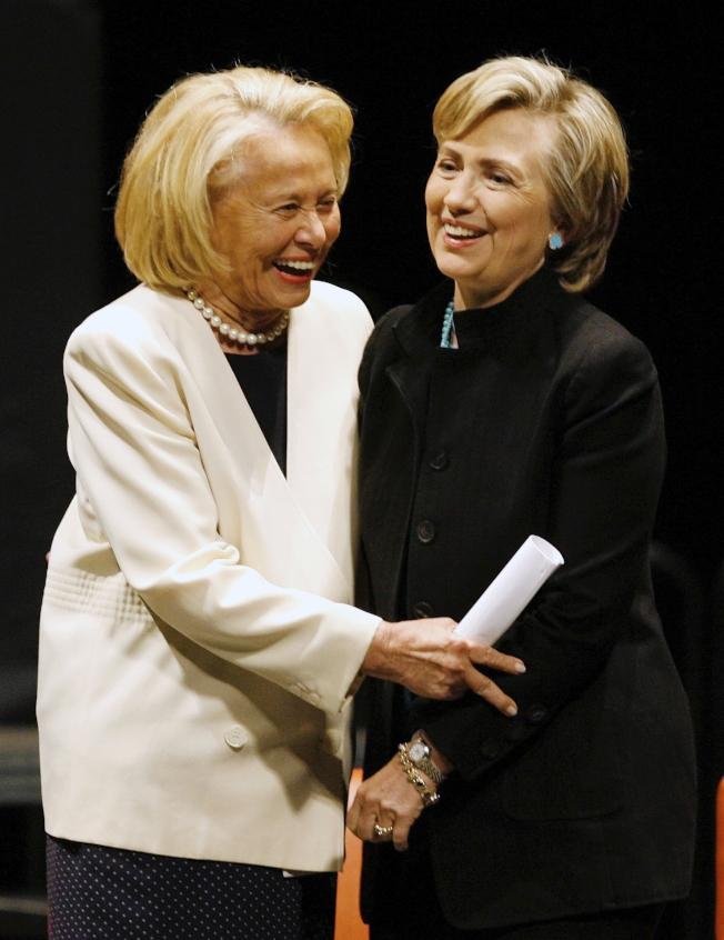紐約著名八卦專欄作家麗茲‧史密斯12日去世,享年94歲。圖為史密斯在2006年與時任國會參議員的喜萊莉‧柯林頓一同出席活動。(美聯社)
