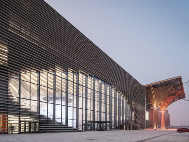 天津濱海新區文化中心圖書館總建築面積33700平方米,設計立意「濱海之眼」和「書山有路勤為徑」。建築層數為地上6層,建築主體高度約為29.6米,設計藏書總量達120萬冊。(mvrdv)