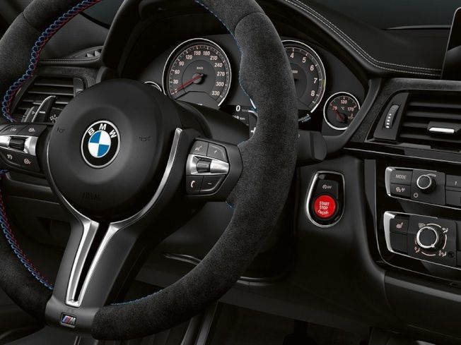 座艙內則換上雙色系Merino皮革跑車化座椅、麂皮配件、Harman Kardon音響系統等。