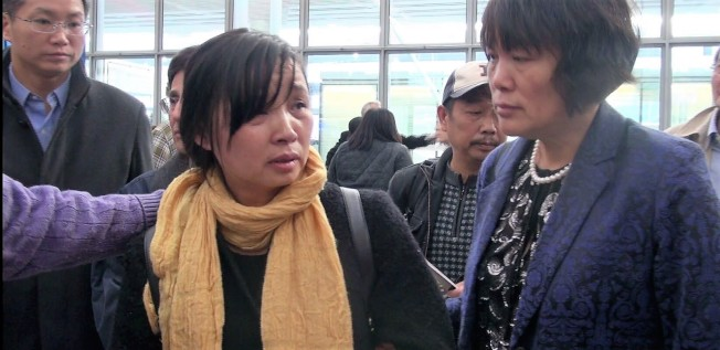 章瑩穎母親葉麗鳳(中)13日離開美國前,在芝加哥歐海爾機場一提到女兒就落淚。(芝加哥福建同鄉會提供)