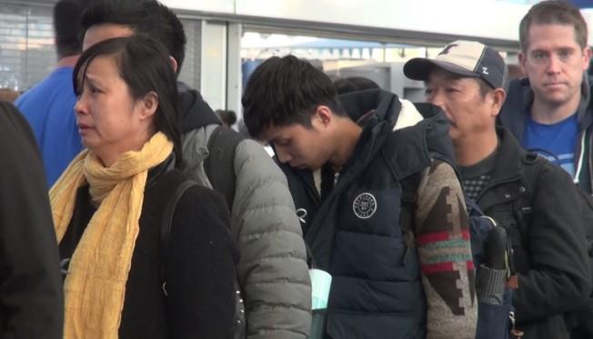 章瑩穎母親葉麗鳳(左一)、弟弟章新陽(左二)、父親章榮高(右二)13日搭乘聯航班機離美返中。(芝加哥福建同鄉會提供)