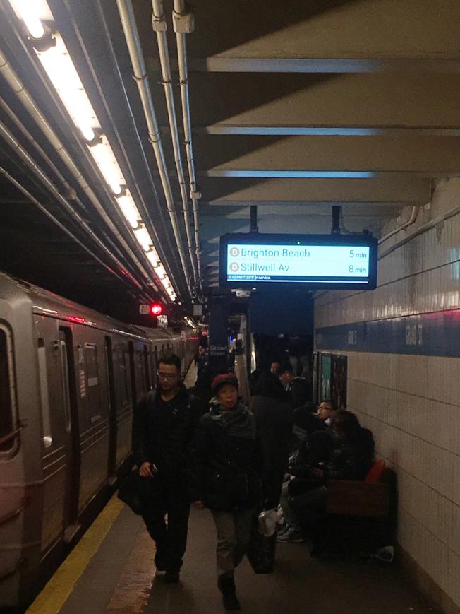 曼哈頓華埠地鐵站倒計時表啟用,為民眾及時提供列車進站時間。(記者陳小寧/攝影)