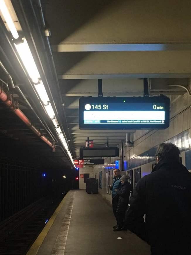 地鐵倒計時器近日入駐華埠,為民眾提供地鐵進站信息。(記者陳小寧/攝影)