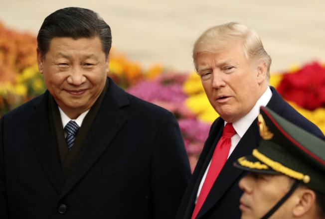 白宮證實,川普總統(右)請求中國國家主席習近平協助解決三名籃球隊員偷竊案。(美聯社)