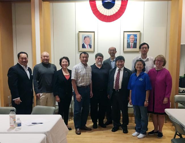 華人召開會議籌策成立喬治亞州亞裔共和黨聯盟,右四為主要負責人之一的關學君,左五為谷內郡共和黨主席西格。(關學君提供)