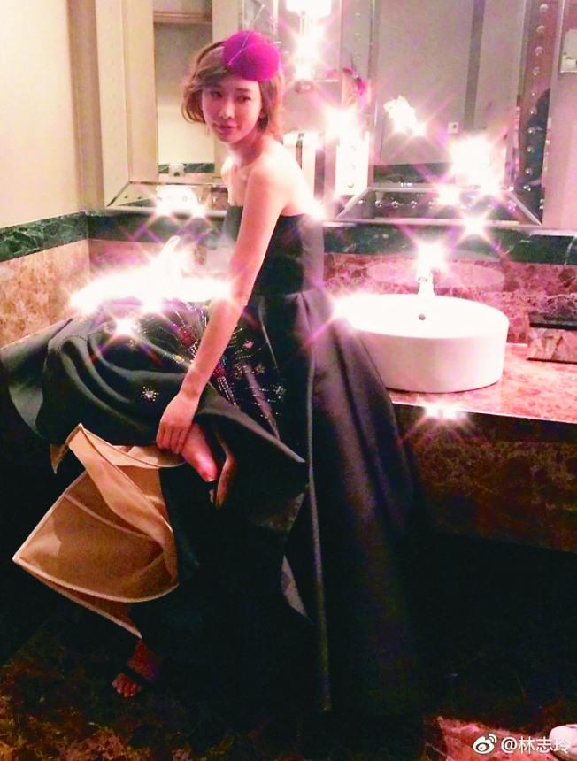 林志玲向粉絲道晚安,突然秀出一張疑似為婚紗的照片。(取材自微博)