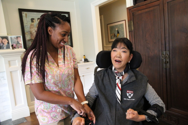 王樂怡(右)需要透過受特別訓練的看護與助理,一個字母一個字母與外界溝通。她約有八個看護。(記者李榮/攝影)