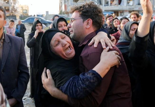 伊朗強震傷亡慘重,驟失親人的倖存者悲慟不已。(歐新社)