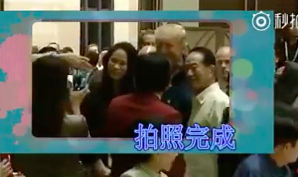 APEC領袖代表宋楚瑜(右)帶女兒宋鎮邁(左)主動上前與美國總統川普合影,遭陸媒嘲諷。(取材自微博)