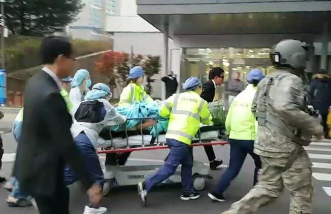 一名北韓士兵向南韓叛逃,而遭北韓軍人射傷,圖為他被聯合國軍司令部直升機空運到醫院。(歐新社)
