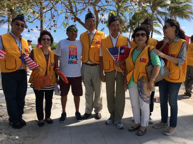 參加第9屆2017年邁阿密海灘市退伍軍人節遊行,左一王雲福,左四王贊禹、左五王成章,右二王翠蓮。(徐結武提供)