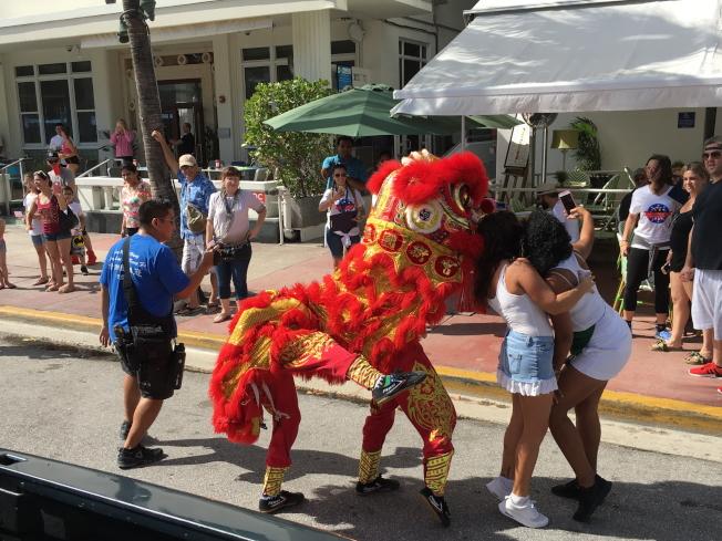 參加第9屆2017年邁阿密海灘市退伍軍人節遊行的彩獅很受觀眾歡迎,沿途都有民眾爭相合影。(徐結武提供)