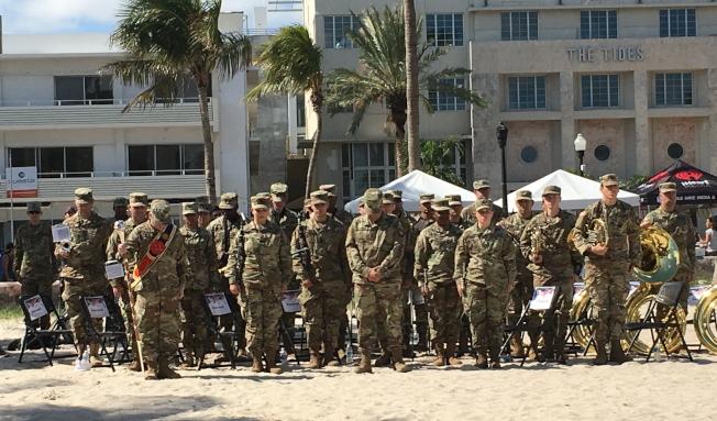 紀念儀式中,與會者向退伍軍人致敬。(徐結武提供)