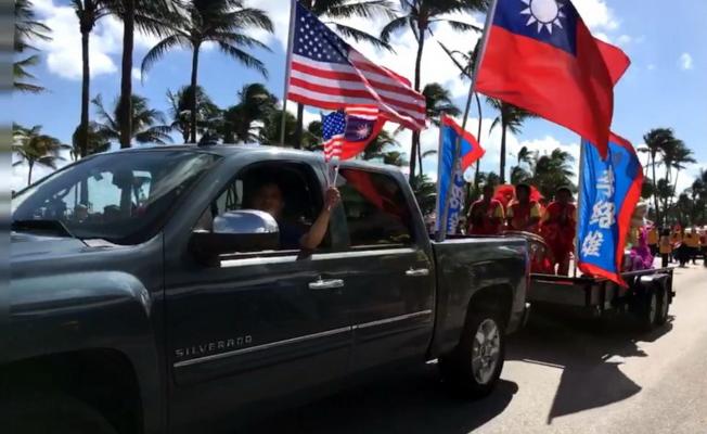 參加退伍軍人節遊行的華裔隊伍,李紹雄的醒獅隊和鼓陣很受歡迎,隨後為榮光會隊員。(截自視頻)