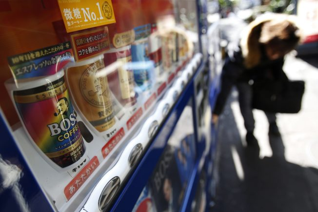 東京街頭的自動販賣機販售罐裝咖啡。(路透)