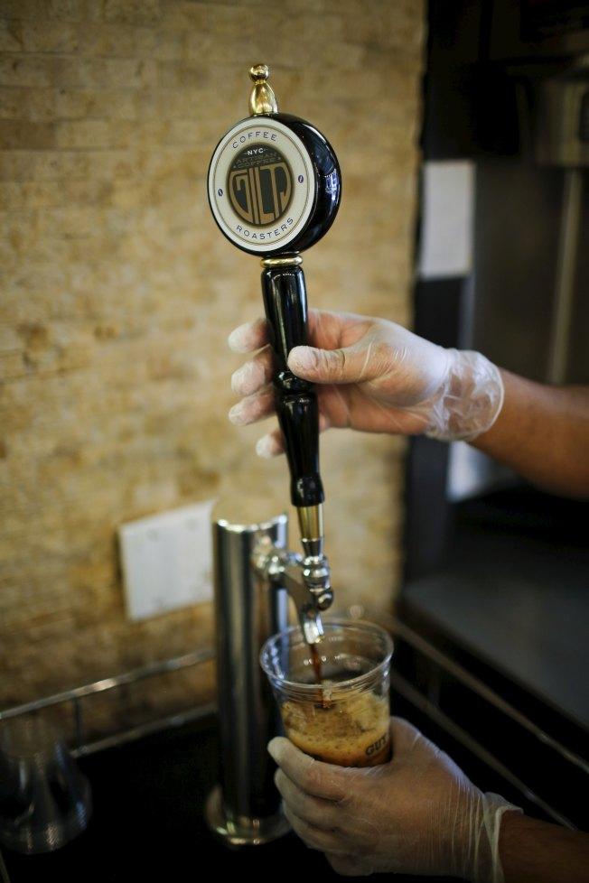 紐約一名咖啡店員工正在準備氮氣冷萃咖啡。(路透)