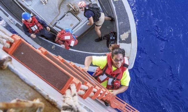 當初美國2名女子和2隻隨行小狗在海上漂流5月才被發現獲救。(美聯社)