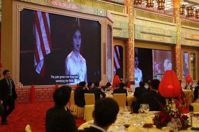 川普9日在習近平款待的國宴上播放阿拉貝拉唱中文歌的影片,引起熱烈掌聲。(美聯社)