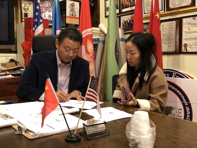 陳善莊(左)將社會各界的捐款交給陳彬嫂子鄭女士。(記者黃伊奕/攝影)