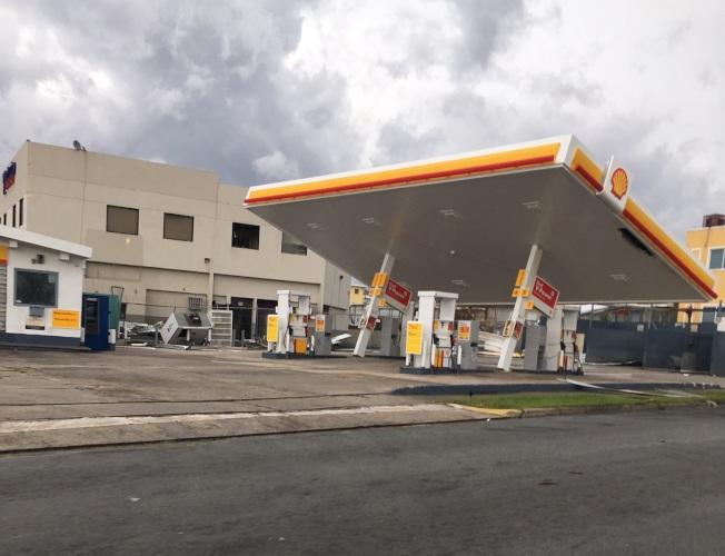 尼耶維斯唯一成功傳給本報的照片,可看到加油站屋頂被颶風吹斜。(尼耶維斯提供)