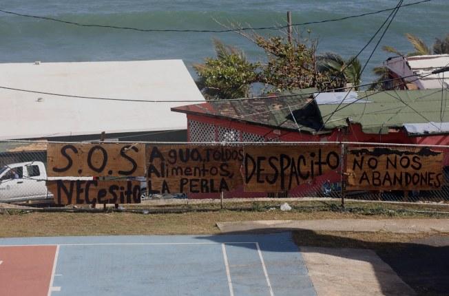 颶風過後,有人在牆上留下醒目字眼:「救命,我需要水、避難處、食物,請不要拋下我們──拉佩拉。」(歐新社)