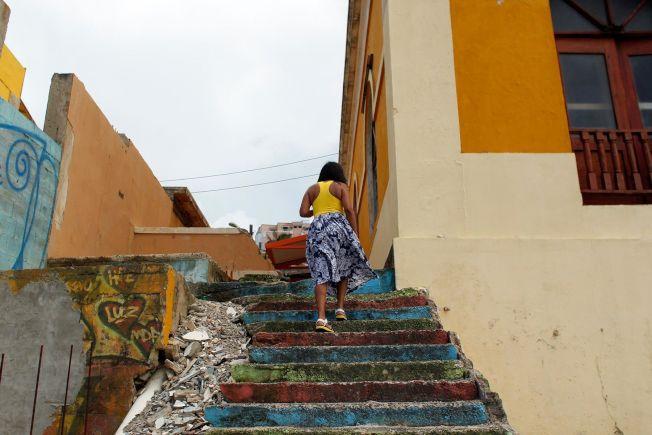 波多黎各債台高築,百業凋敝。圖為一名女子走上貧民區的階梯。(Getty Images)