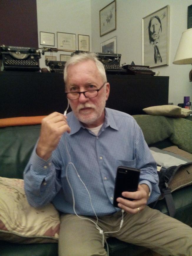 麥基夫的手機攝影開關在耳機線上。(韓傑/攝影)